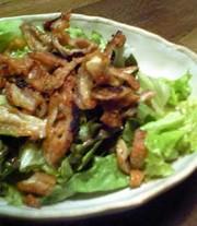 カリパリっ!とり皮とサニーレタスのサラダの写真