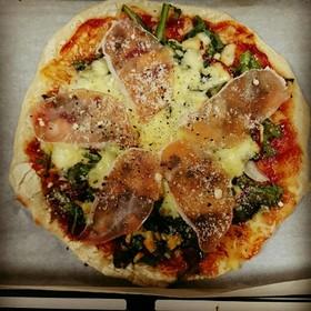 冷凍OKピザ生地と生ハムと菊菜のピザ