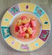 完熟トマトと夏みかんのサラダの写真
