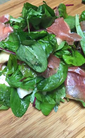 ほうれん草と生ハムとカマンベールのサラダ