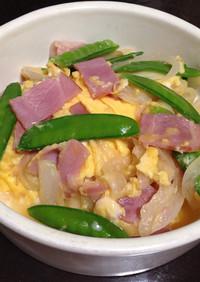 絹さやと新玉ねぎとベーコンの卵炒め