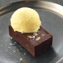 塩入りバニラアイスとチョコレートテリーヌ