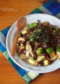 アボカドとしめじの納豆焼き蕎麦