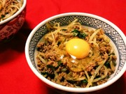 豚挽き肉ニラモヤシ玉スタミナ丼の写真