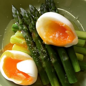 アスパラガスと半熟卵の温サラダ