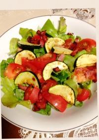 ズッキーニとベーコンのせ簡単サラダ