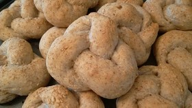 全粒粉に胡麻とオリーブオイルの結びパン