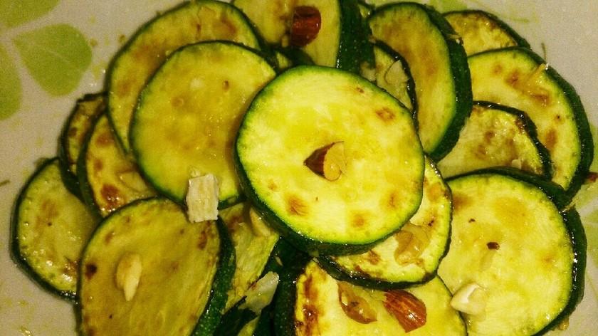 ◆ズッキーニとナッツのサラダ◆