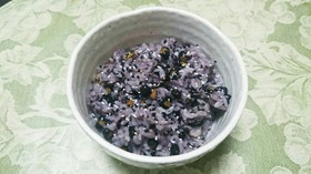 黒千石のダーク・パープル豆ご飯。