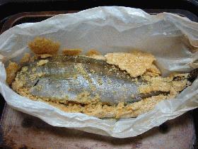 魚のカレー風味塩包み焼き
