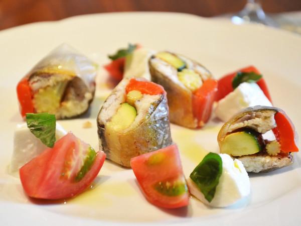 夏野菜と鮎のインヴォルティーニ カプレーゼ添え