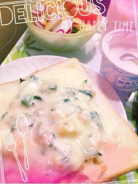 朝の簡単♪マカロニ&ほうれん草トースト