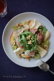 生ハムと桃、チーズのルッコラサラダの写真