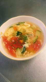 ズッキーニとトマトの彩りスープの写真