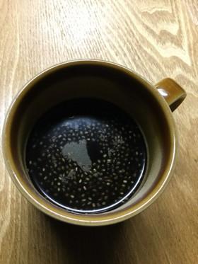チアシード入りのブラックコーヒー