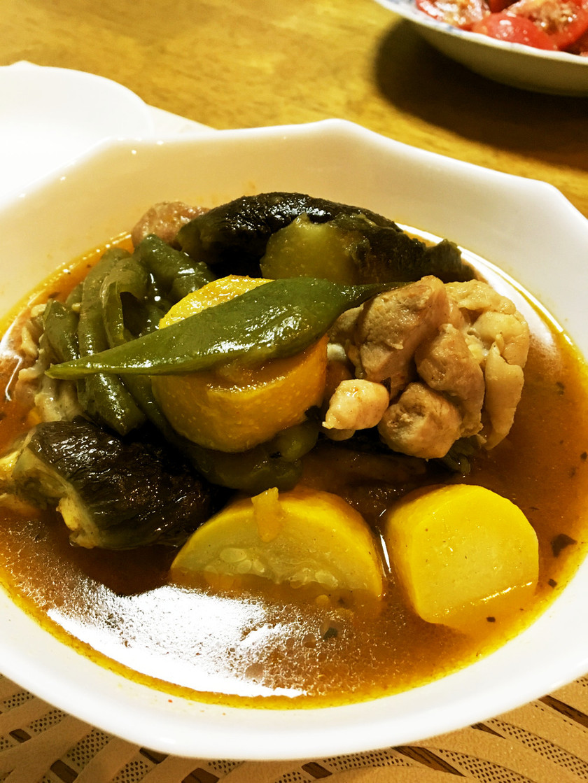 夏野菜とチキンのスパイシーカレースープ