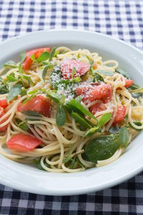 スベリヒユとトマトのパスタサラダ