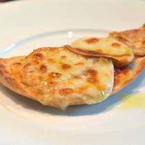 フォカッチャとスカモルッツァの簡単ピザ風