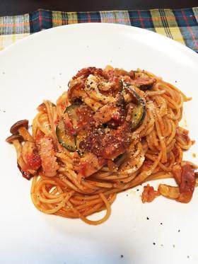 ズッキーニとベーコンのトマトパスタ。