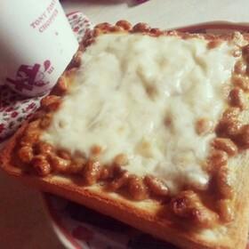 濃厚チーズ納豆の辛うまトースト