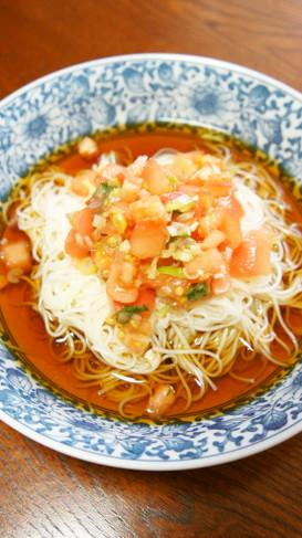 トマト薬味タレをのせて、ぶっかけ素麺