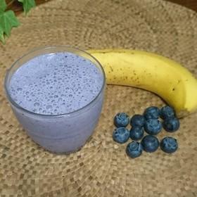 ブルーベリー+バナナ+牛乳のスムージー