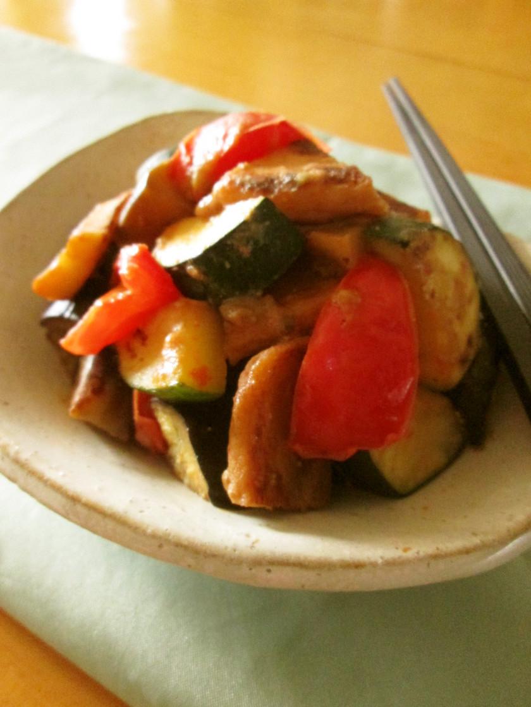 夏野菜と薩摩揚げの味噌バタ炒め