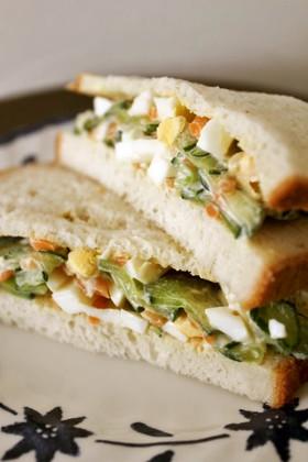 きゅうり人参ゆで卵のサラダでサンドイッチ