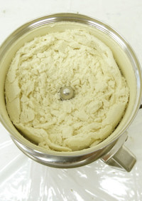 製粉機「コナッピー」で玄米粉作り