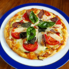 簡単手作り生地のトマトとサラミのピザ