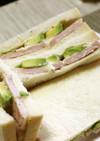 アボカドとハムのサンドイッチ