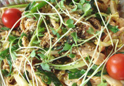 蒸し鶏の冷菜キムチサラダの写真