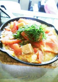 ごま油香る☆高野豆腐とトマトの卵とじ丼