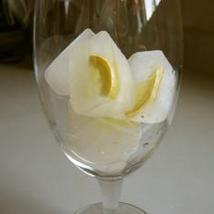 おもてなしのドリンクに、レモン入りアイス
