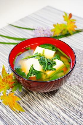 柔らかい【ほうれん草と絹豆腐のお味噌汁】