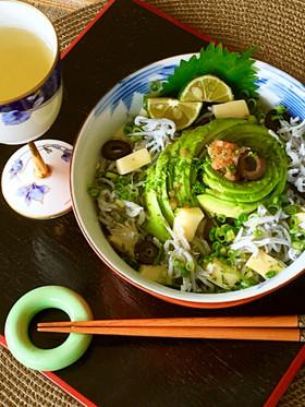 スダチ香る♬渦巻きアボカドの贅沢シラス丼