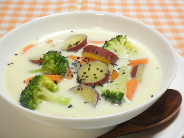 彩り☆さつまいもの生姜豆乳みそスープ