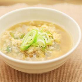 蒸しもち麦のたまごスープ