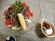 カツオのたたきと炒め野菜のサラダの写真