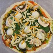 ジェノベーゼソース(市販)を活用したピザの写真