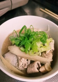 里芋、大根…根菜たっぷり豚モツ味噌汁