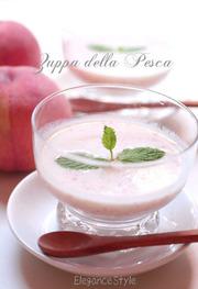 桃の丸ごと冷製スープの写真
