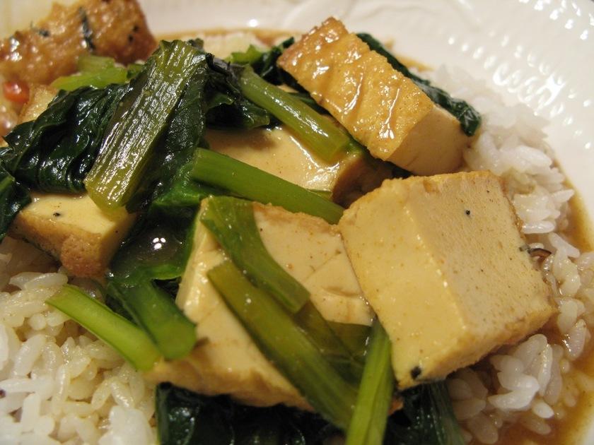 厚揚げと小松菜のカレー丼