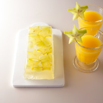 ブドウとスターフルーツの白ワインゼリーアップサイドダウンケーキ