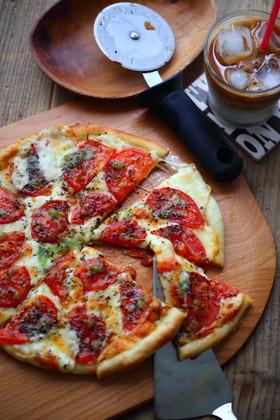 じゅわっ♡トマトとチーズのシンプルピザ♡
