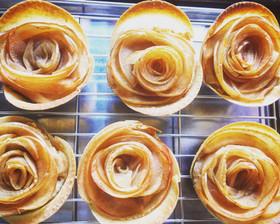 餃子の皮でりんごの薔薇パイ