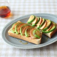 りんごとアボカドのシナモントースト