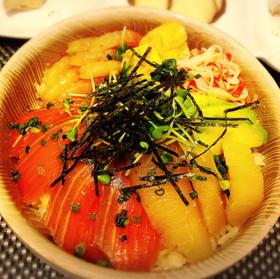 タレが美味しい♡漬けサーモンの彩り海鮮丼