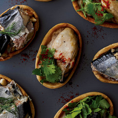 牡蠣のオイル漬けとパクチータルト(中央写真)