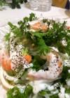 わさび菜で海老とオニオンスライスのサラダ
